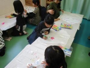 凧に好きなデザインを描いている参加者たち