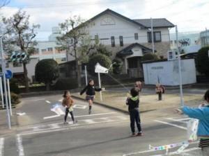 近くの交通公園で凧を揚げている参加者たち