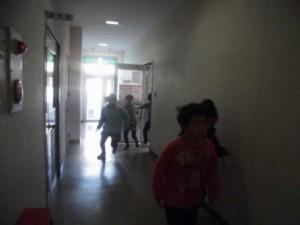 児童たちは指導員の指示の元、即座に避難する