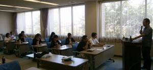 鈴木先生の講義に聞き入る受講生たち